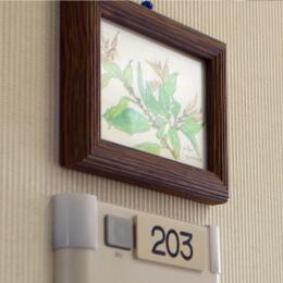 入院される患者様のための病室です。エアコン、テレビ、冷蔵庫、洗面台など全室完備しております。アットホームな室内で、ご自宅と同じようにのびのびと過ごせる空間を目指しました。