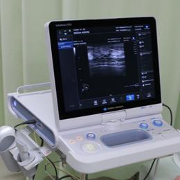 超音波診断装置 SONIMAGE HS1 コニカミノルタジャパン株式会社 ヘルスケアカンパニー  日本超音波医学会の技術賞を受賞した高画質の超音波診断装置です。 超音波の送受信を行うプローブと呼ばれる部分に、新しい工夫がされており、腫瘤や石灰化が見えやすく、乳がんの早期発見に威力を発揮します。